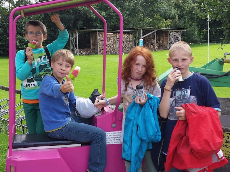 Jugendgruppe des OGV Bünzwangen e.V. beim Eis essen nach dem Minigolf spielen