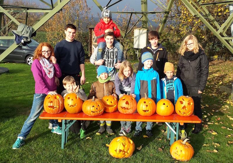 Voller Stolz präsentieren die Kids der Jugendgruppe des OGV Bünzwangen ihre selbstgeschnitzten Halloween-Kürbisse.