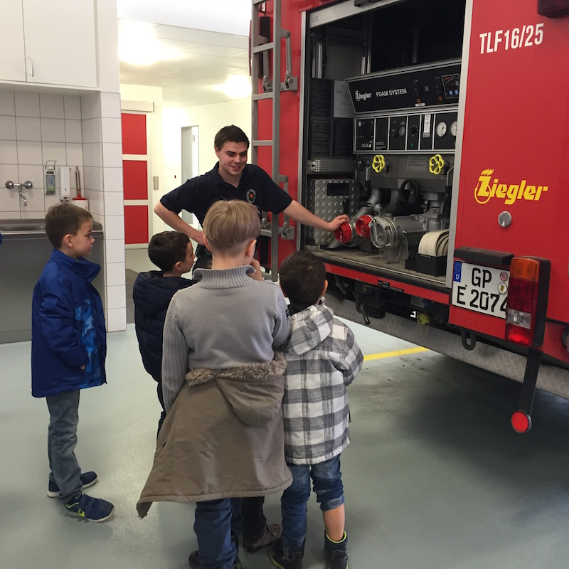 Die Jugendgruppe des OGV Bünzwangen beim Besuch der Feuerwehr Ebersbach